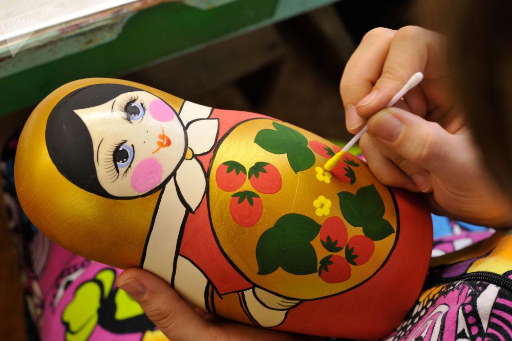 「霍赫洛瑪裝飾畫」生產聯合體的一名女工在企業的生產車間里繪制套娃。