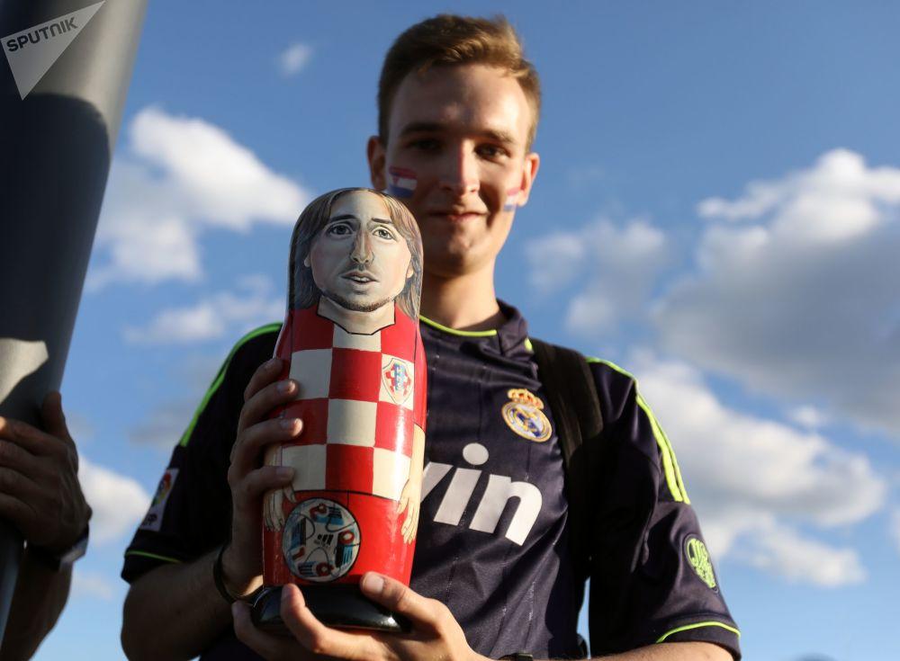 克羅地亞球迷拿著克羅地亞球員盧卡∙莫德里奇樣子的套娃。