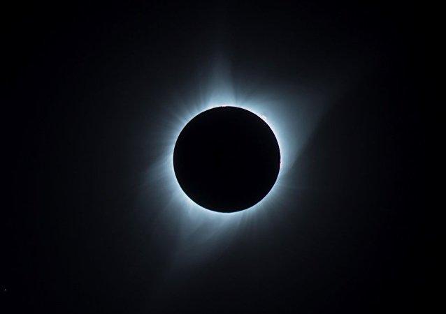 日食和超大月亮的照片被發佈在社交網絡上
