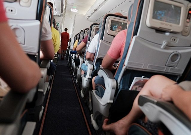 数十人在飞机机舱内压力下降后被送往医院