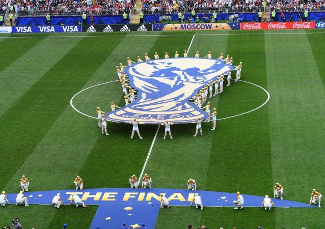 Эмблема чемпионата мира на церемонии закрытия ЧМ-2018 по футболу на стадионе Лужники в Москве