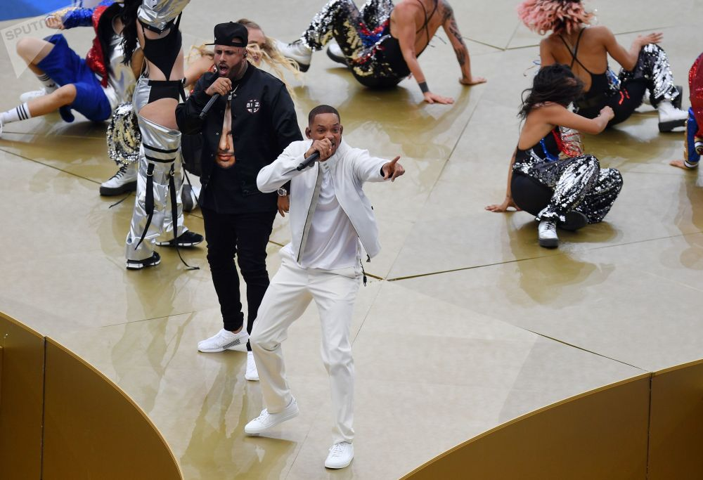 歌手尼基•詹姆和嘻哈歌手威尔•斯密斯在莫斯科卢日尼基体育馆的2018俄罗斯世界杯闭幕式上
