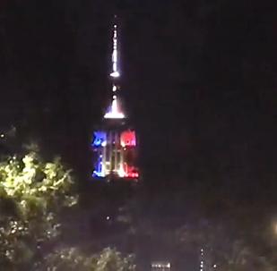 美國帝國大廈亮起法國三色旗顏色燈光