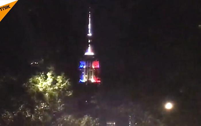 纽约帝国大厦亮起法国三色旗颜色灯光