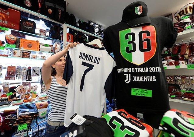 意大利尤文图斯俱乐部售卖印有罗纳尔多名字的体恤收回一半成本