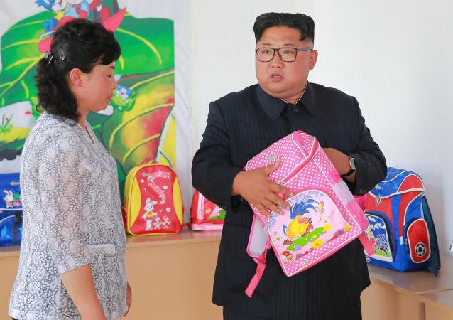 朝鲜领导人金正恩在平壤视察Chungjin箱包厂。