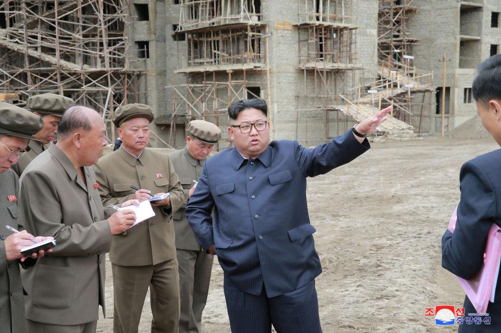 朝鲜领导人金正恩在三池渊县视察建筑工地。