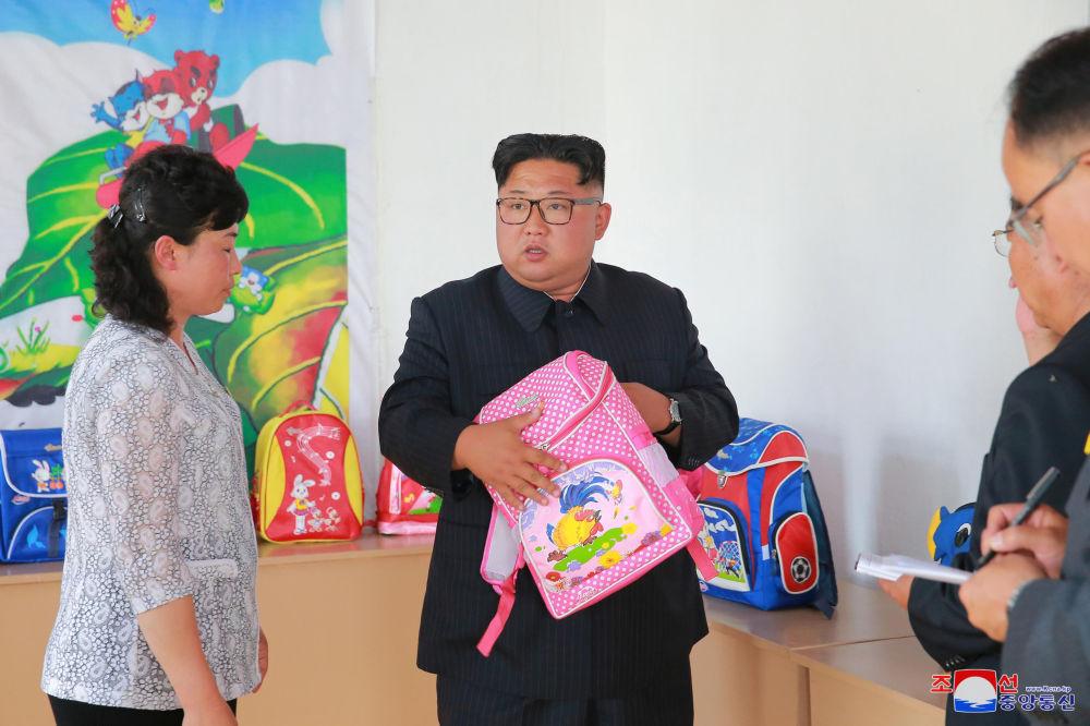 朝鮮領導人金正恩在平壤視察Chungjin箱包廠。