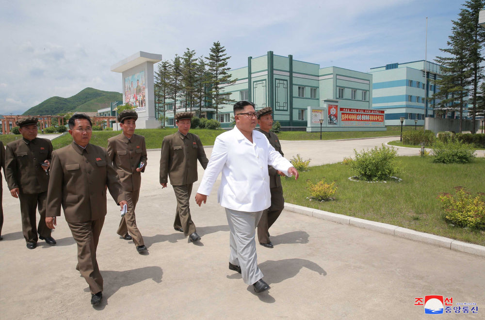 朝鲜领导人金正恩在视察机器制造厂。
