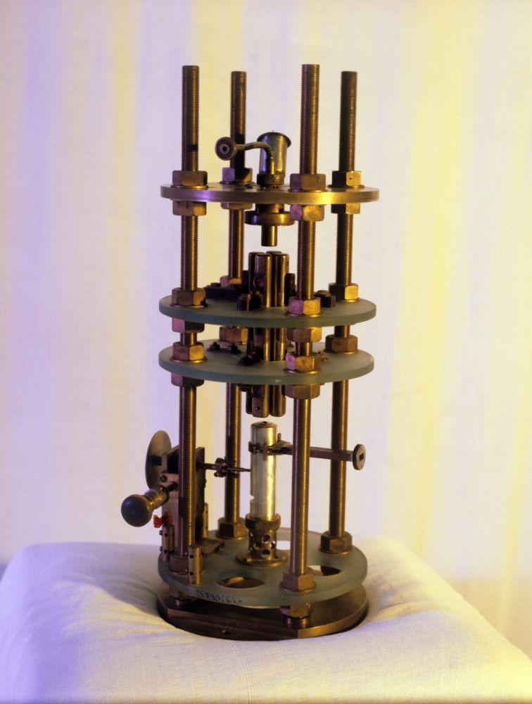 20世紀50年代後期,蘇聯科學家尼·根·巴索夫、亞·米·普羅霍羅夫和美國科學家查爾斯·湯斯發明瞭相干電磁輻射發生器。 圖片說明:由蘇聯物理學家巴索夫和普羅霍羅夫發明的第一台量子發生器(微波激射器),獲1964年諾貝爾獎。
