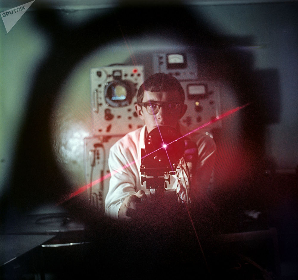 第一代激光器就已經能夠產生電磁場了,這在固定實驗室條件下是無法實現的。這一性質使激光成為一種前途廣闊的研究工具。  圖片說明:1969年,工程師使用量子發生器。