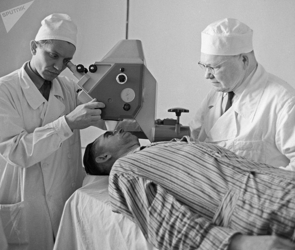從20世紀60 - 70年代開始,激光裝置不斷改進,其最大功率和可用性都逐漸增強。 圖片說明:1968年,外科醫生在眼科診所用激光進行眼科手術。