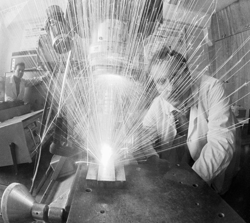 激光可用於外科手術、疾病診斷、材料焊接和切割、計量學、化學。激光幾乎是所有物理實驗室的基本元素之一。 圖片說明:1987年,工程師使用激光在復合材料零件上「鑽孔」。