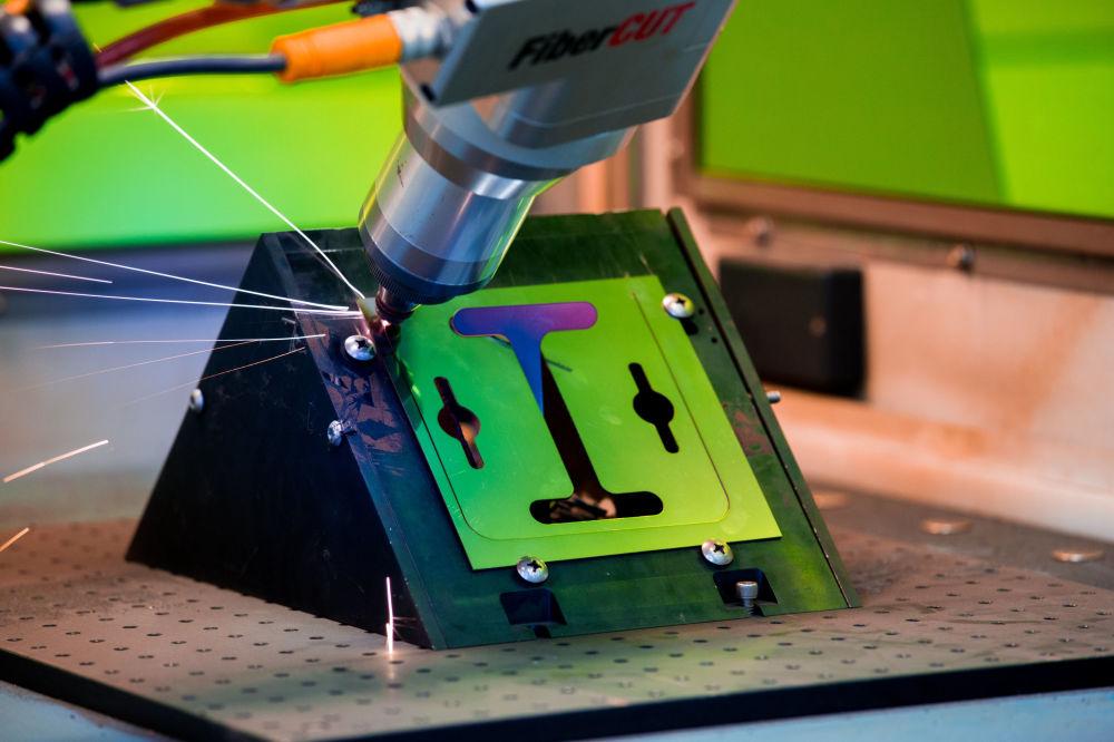 科學家認為,在不久的將來激光技術會成為一個新的界面,幾乎可以將人類從生產過程中排除。增材製造技術的發展將會促進這一過程。 圖片說明:用帶機械手的功率為400 瓦的鐿光纖激光器切割金屬。