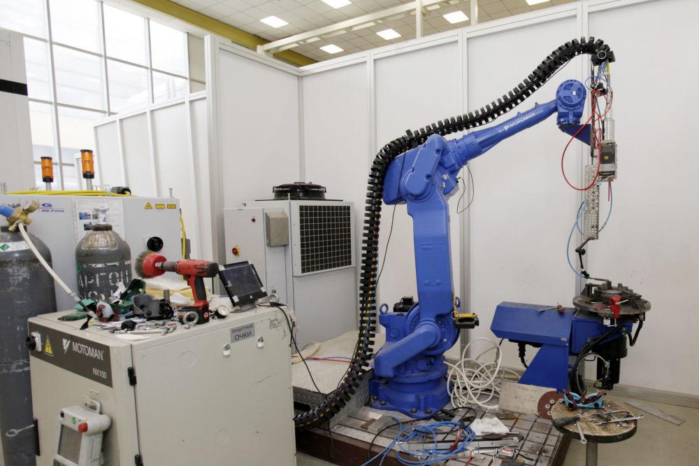 增材製造技術可以使物件的整體成型,而不是單個元件,這種創建整體結構的技術是別的方法所不達到的。 圖片說明:配有功率為5千瓦鐿光纖激光器和機械手的激光焊接復合體。