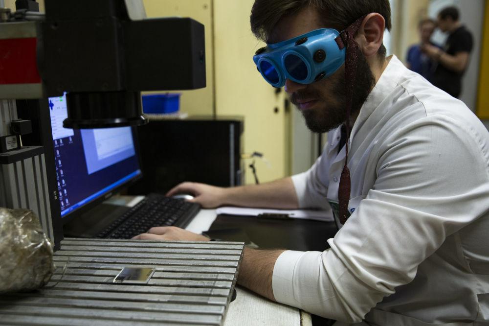 鎖匠、車工、銑床工將成為「薄弱環節」,他們可能沒有足夠的專業技能來創造產品。在這個階段,人們需要的是創造一種新的技術,而不是站在機床旁。除了構思,其他一切都將由激光技術完成。 圖片說明:國立核能研究大學-莫斯科工程物理學院激光與等離子體技術研究所的學生用「激光技術」完成世界技能大賽的競賽任務:金屬彩色激光打標。