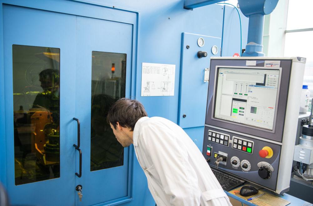 同時,對人類創造力的要求也會增加,因為人類的新角色是創造虛擬目標的開發人員。而所有後續工作都將交給激光技術來完成。 圖片說明:國立核能研究大學-莫斯科工程物理學院激光物理教研室的研究生進行3.5千瓦鐿光纖激光器的安裝調試,以便使用直接激光生長技術來進行焊接。