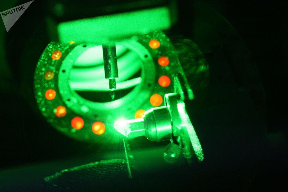 激光技術可以最快解決從虛擬到實際的過渡問題,並且該技術是整個鏈條:理念、實施、推廣。因此,基礎科學將不再存在。  圖片說明:在斯摩稜斯克「水晶」珠寶廠激光鋸切鑽石晶體。