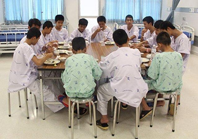 泰國獲救足球少年和教練將短期剃度以示感謝