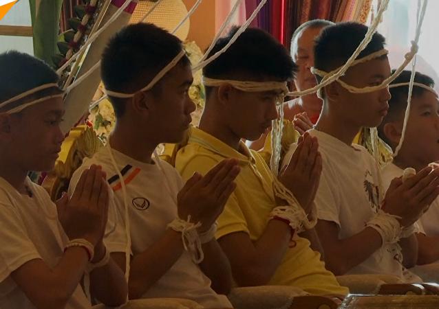 泰國獲救足球少年參加佛教儀式