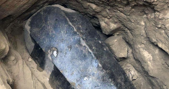 亚历山大港一座建筑物下面发现的巨型黑色石棺
