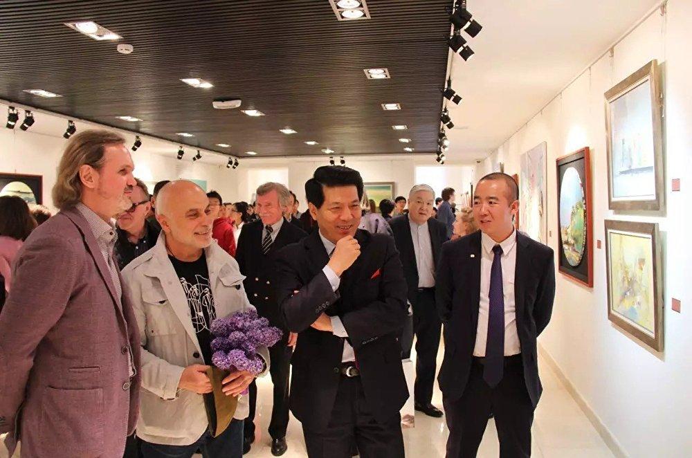 牟克與駐俄大使共同欣賞自己的油畫