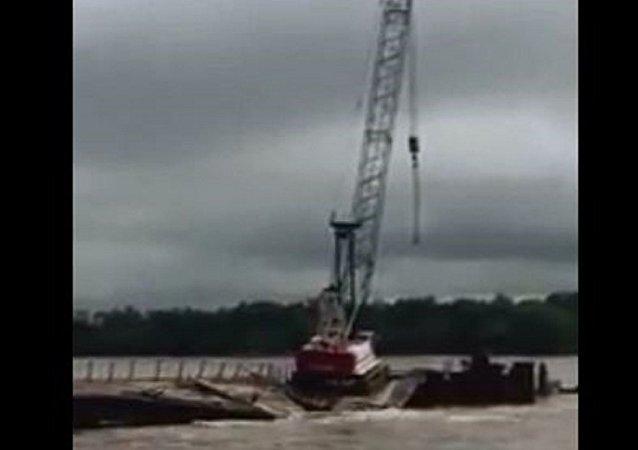 俄罗斯阿穆尔州的建筑起重机因为洪水落水