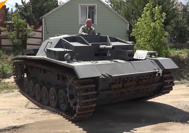 俄罗斯男子复原德国战车STUG III