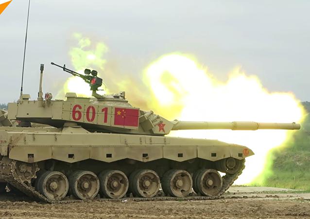 中国坦克兵在莫斯科郊外为军事比赛彩排