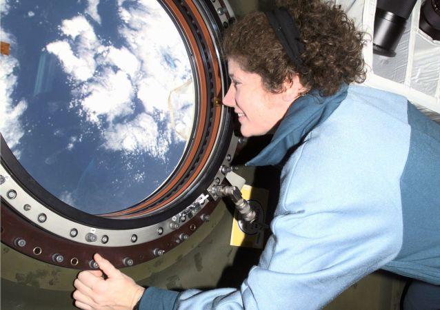 美国女宇航员苏珊∙赫尔姆斯在国际空间站。