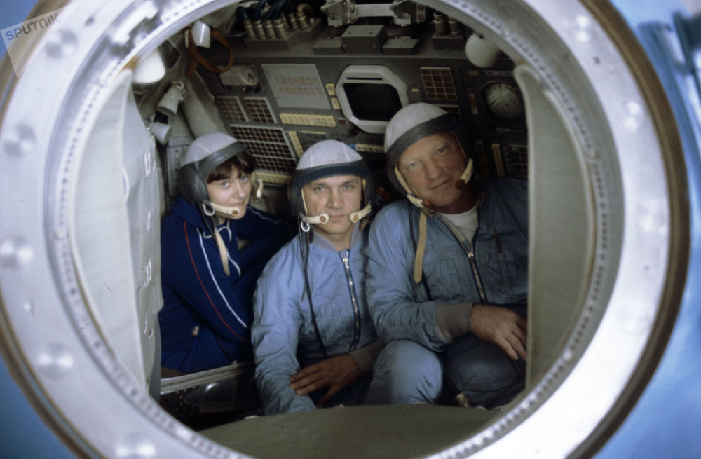 """宇航员斯维特兰娜∙萨维茨卡娅,弗拉基米尔∙贾尼别科夫和伊戈尔∙沃尔科夫在""""联盟""""号训练模型中。"""