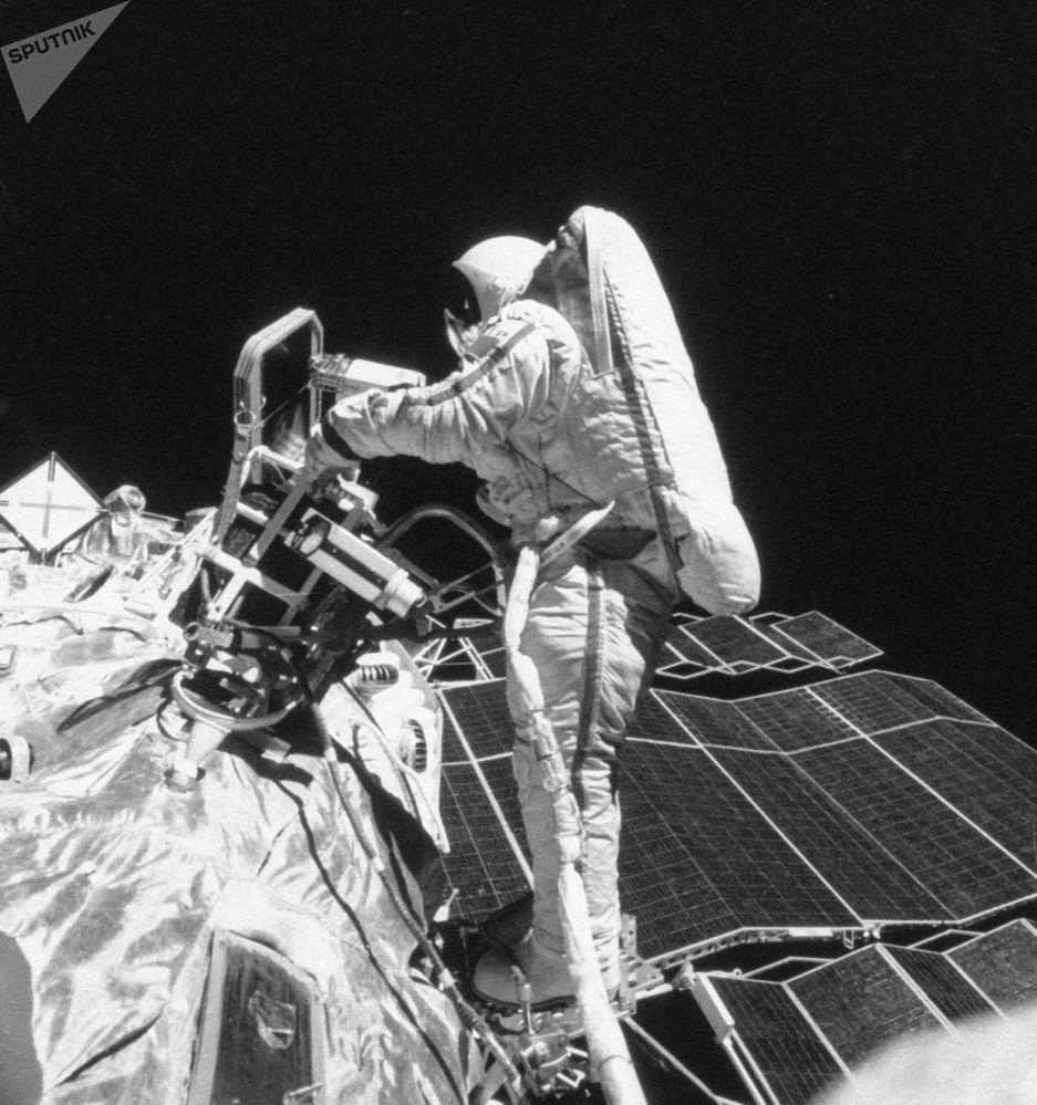"""斯维特兰娜∙萨维茨卡娅在""""礼花-7""""、""""联盟—T11""""和""""联盟-T12""""宇宙飞船飞行过程中在太空中完成金属的切割、焊接、软钎焊和熔化工作。"""