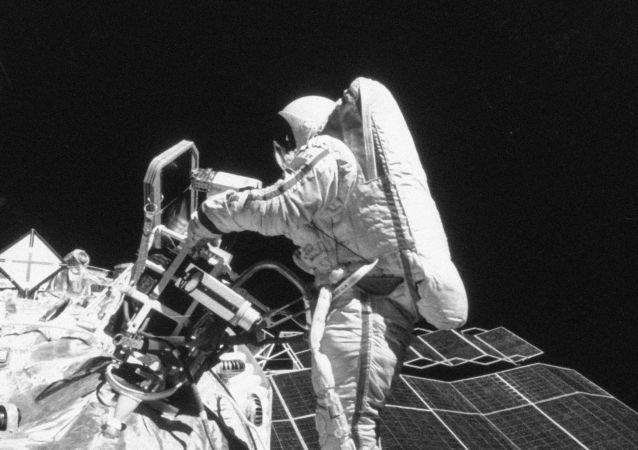 1984年完成太空行走的苏联宇航员斯韦特兰娜·萨维茨卡娅是首位完成太空行走的女性