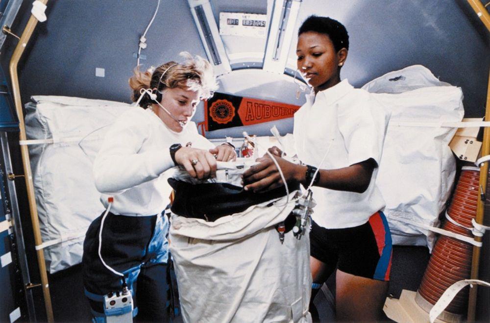 """宇航员南希∙戴维斯和梅∙吉米森在""""奋进号""""宇宙飞船上。"""
