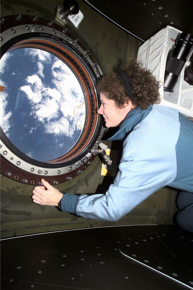 美國女宇航員蘇珊∙赫爾姆斯在國際空間站。