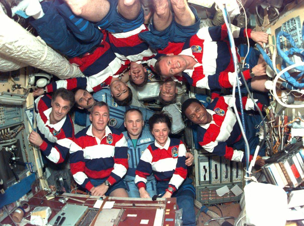 俄羅斯和平空間站和美國「奮進號」宇宙飛船上的機組成員,其中有女宇航員邦尼∙鄧巴,在集體照上在對接器後面。