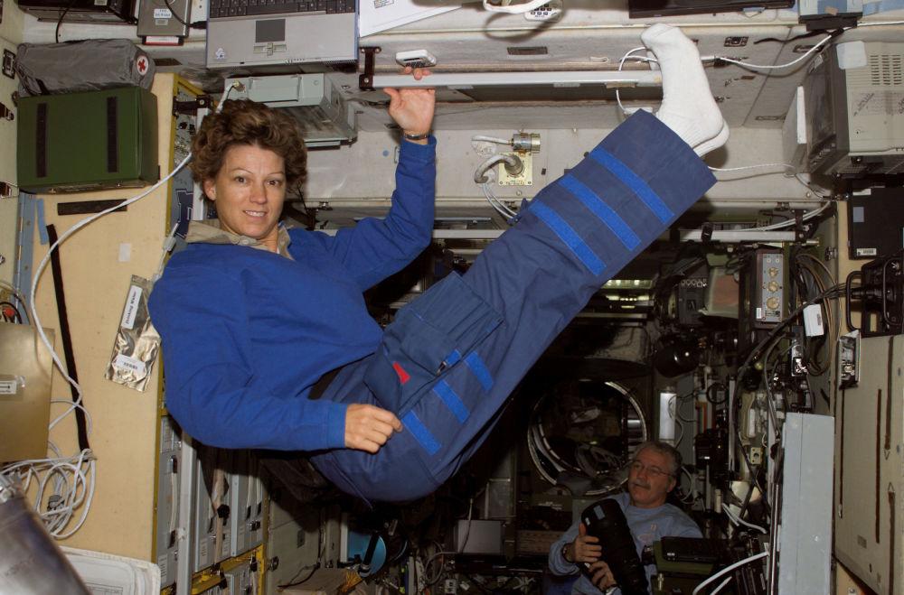 美國女宇航員艾琳∙瑪麗∙科林斯在國際空間站上的星型模塊中。