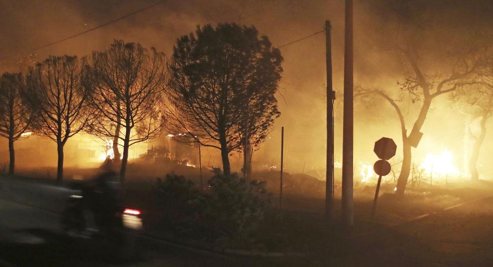 雅典郊区发生重大森林火灾 警方正在疏散居民