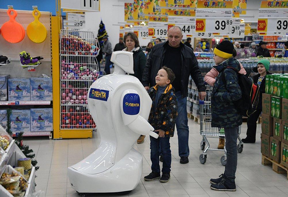 俄产机器人在商场与购物者交流