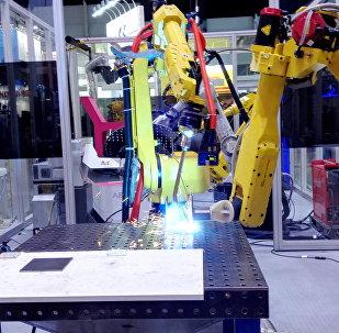 機器人正在完成精准焊接工作