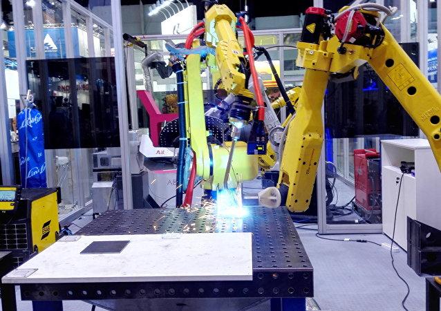 机器人正在完成精准焊接工作