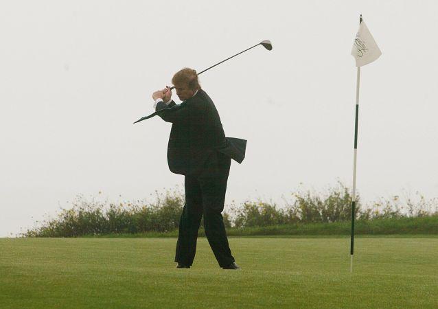 特朗普与反俄新制裁发起人之一打高尔夫球