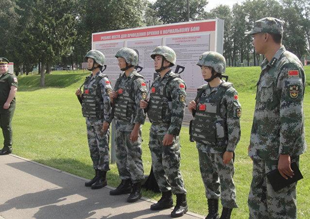 """中国侦察兵在""""国际军事比赛-2018""""一项竞赛的最后阶段取得最佳成绩"""