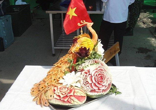 越南軍事廚師做出胡蘿蔔和西瓜雕刻