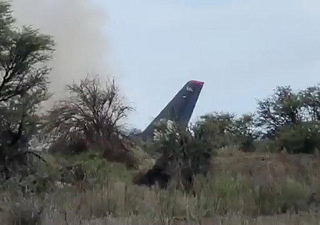 墨西哥一架载有103人的飞机失事