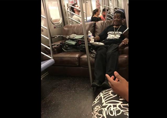乘客帶沙發坐地鐵引眾怒