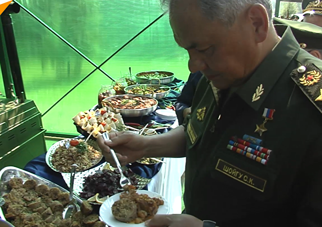 俄国防部长品尝多国野战美食