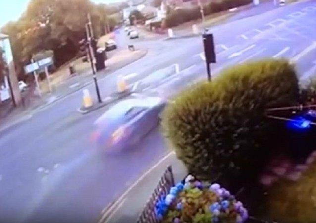 警察追击导致车撞人亡