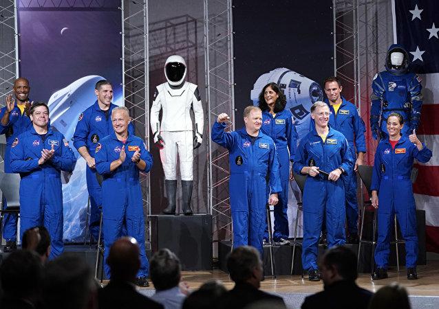 首次搭乘载人龙飞船和波音飞船的美国宇航员与公众见面