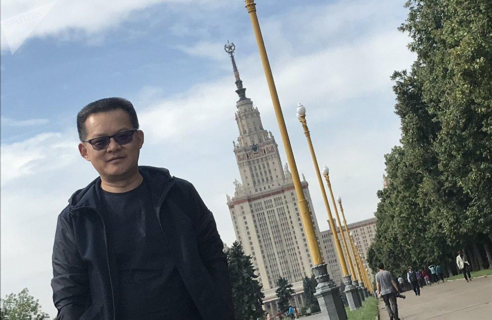 来自山东的双胞胎门同学和陈同学也一起来到俄罗斯旅游,他们说:来到莫斯科,去了红场、克里姆林宫、莫斯科大学,以及这个军事博物馆,还有好多好多大教堂,感觉很壮观,建筑风格跟国内完全不一样,还有宗教信仰,人们非常虔诚。